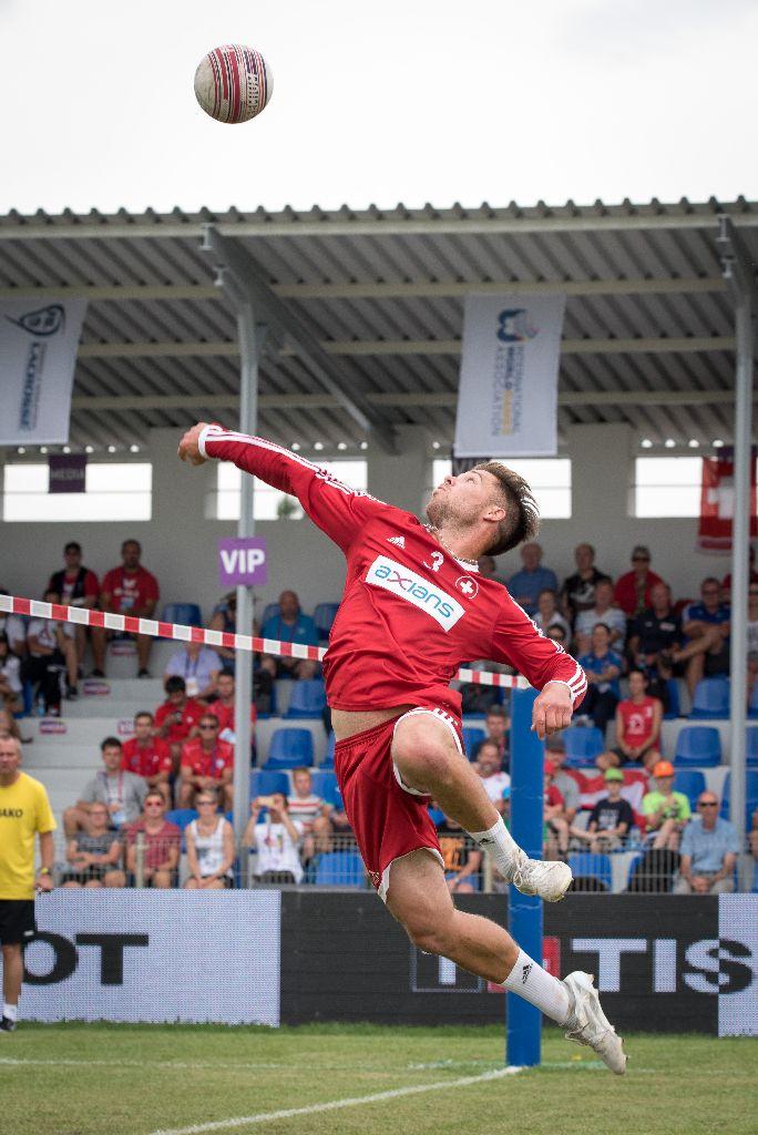 Faustball-Länderspiel und Fallschirmspringer am TKT