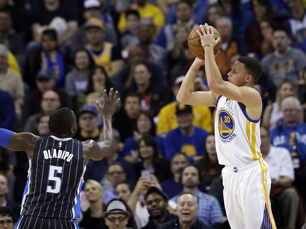 Curry und die Warriors zu Hause eine Macht
